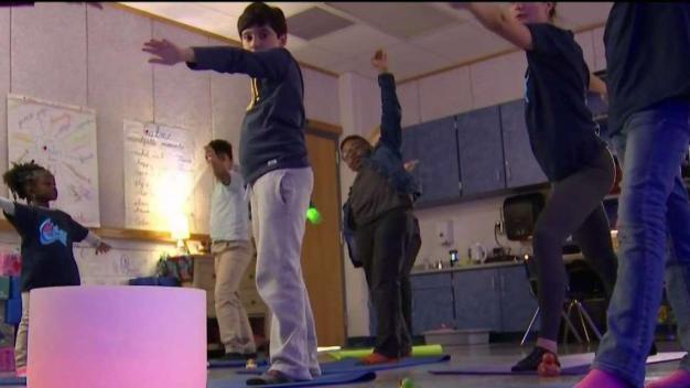Programa escolar incorpora yoga para aliviar el estrés en los alumnos