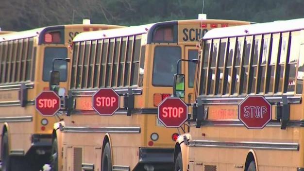 Programa piloto enseña a maestros a manejar buses