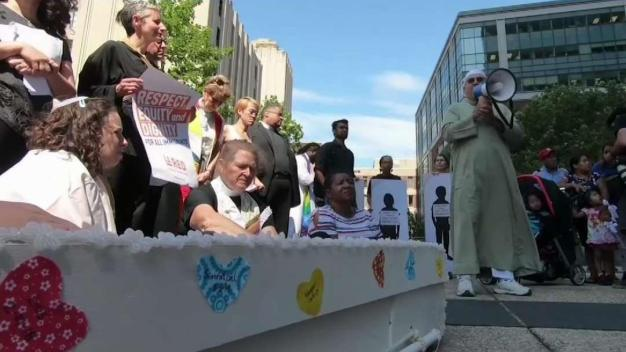 Realizan caminata masiva en apoyo a inmigrantes