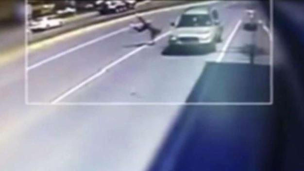 Policía: ladrón roba una cartera, lo golpea un vehículo