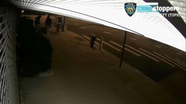 Alerta por Salvaje golpiza a peatón en Queens en medio de robo