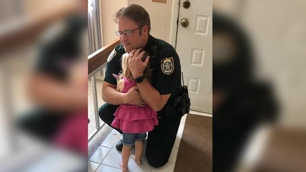 Niña y policía se reúnen después de rescatarla de un auto en Sanford