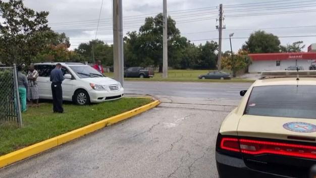Auto atropella a 2 adultos y 3 niños en parada de autobús