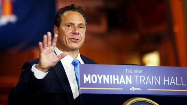 Demandan a gobernador de NY tras denuncias de acoso