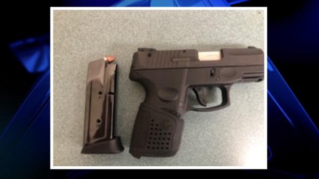 Arrestan a estudiante acusado de llevar un arma a la escuela