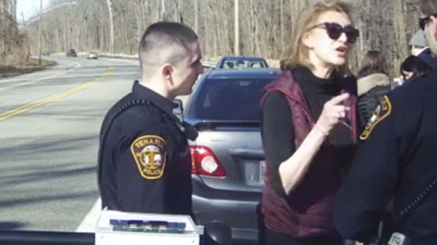 Comisionada dimite tras gritar obscenidades a policías