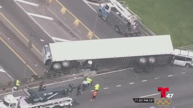 Camión queda colgado en el Cross Bronx