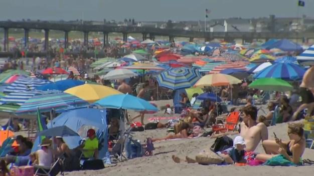 Sombrilla vuela en playa e impacta a mujer en el pecho