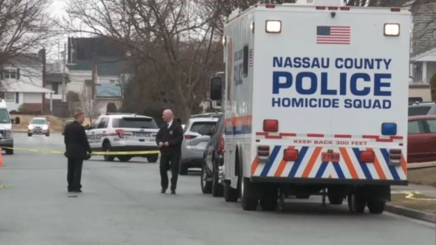 Policía: Hijo mata a su madre y aculilla a su padre