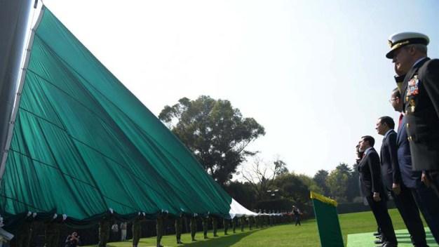 Burlas en las redes al izar bandera mexicana al revés