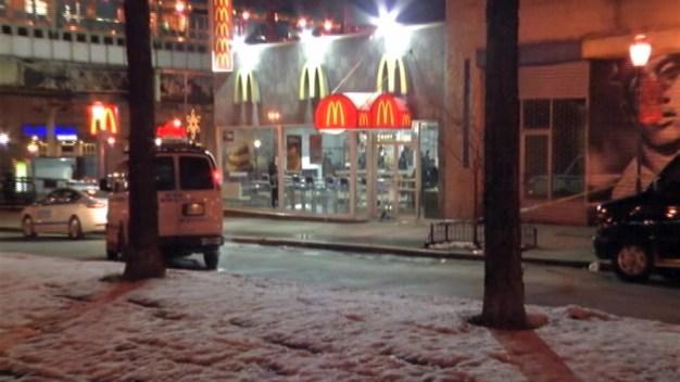 Hombre apuñalado mortalmente afuera de un McDonald's en El Bronx