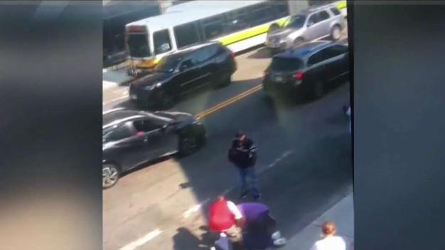 Viernes violento: Un herido en balacera en Roxbury