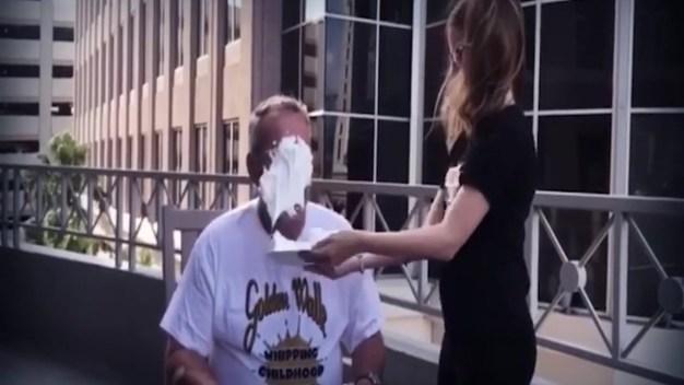 Alcalde de Orlando recibe pastelazo para combatir el cáncer