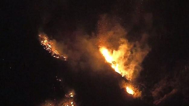 Increíble video: los incendios desde el aire y de noche