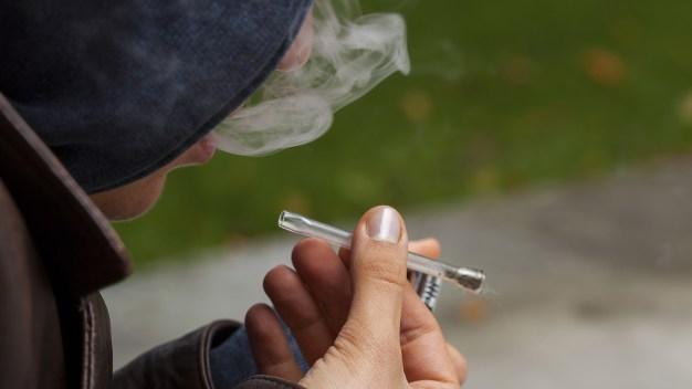 Fumar marihuana a diario aumentaría riesgo de psicosis