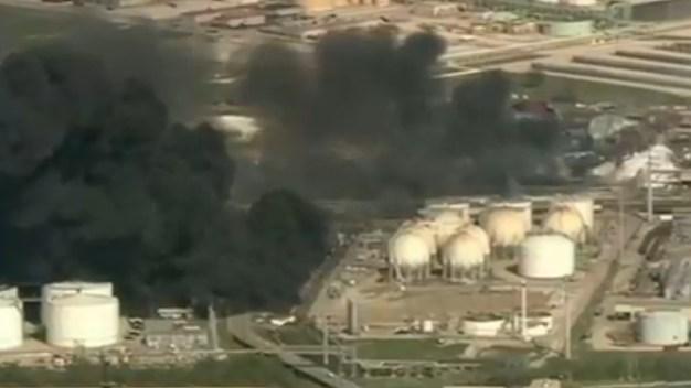 Controlan fuego reiniciado en planta química de Deer Park