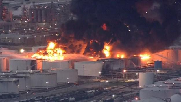 Texas: tardarán días en apagar llamas en planta química