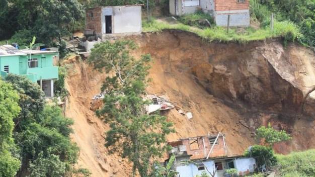 En video: deslave deja 15 muertos, entre ellos niños