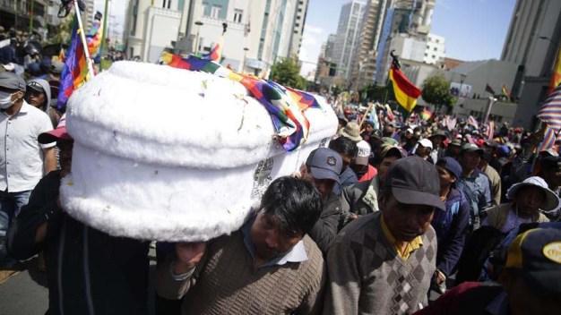 Bolivia: triste imagen de ataúdes entre gas lacrimógeno