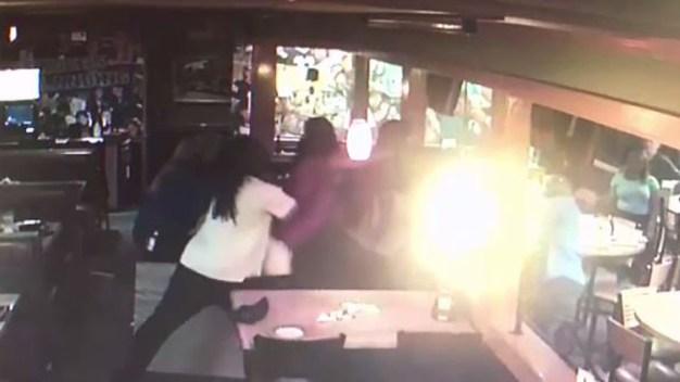 En video: mujeres desenfrenadas atacan a meseras
