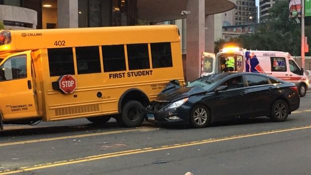 Auto golpea ciclista y golpea autobus escolar en Hartford