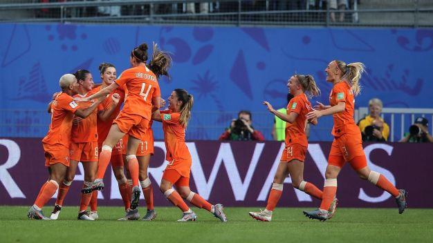 Lieke Martens marca de taco con caño incluido y adelanta a Holanda