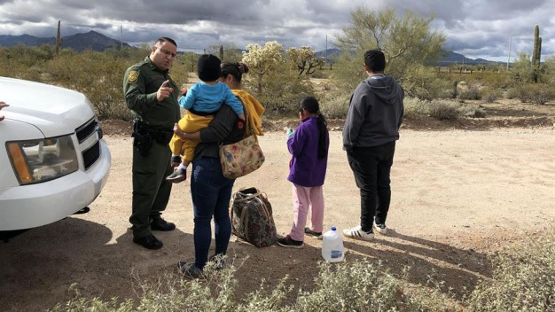 Juez ordena cese de deportaciones de familias reunidas