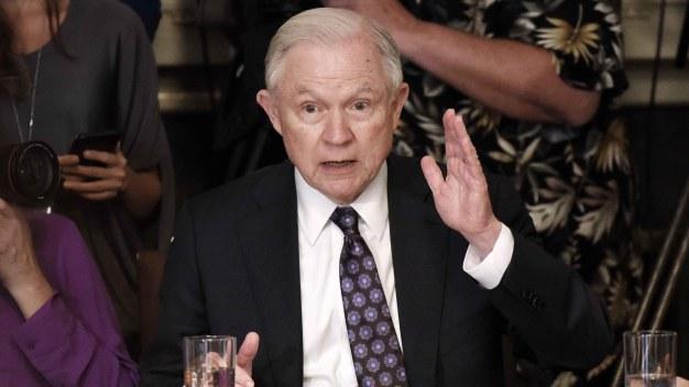 Sessions le quita autoridad a los jueces de inmigración