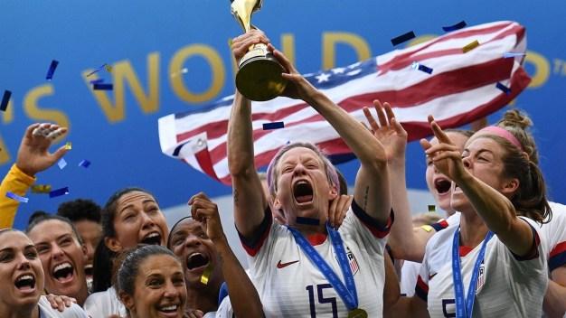Locura total: jugadoras estadounidenses bailan, cantan con sus fans