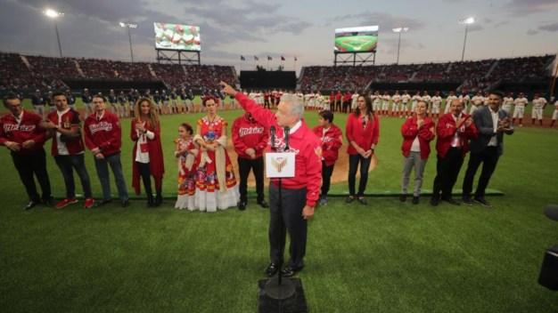 Ironía: AMLO recibe gran abucheo en estadio de béisbol