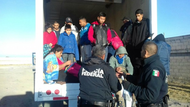 Hallan a 29 inmigrantes abandonados en un tráiler