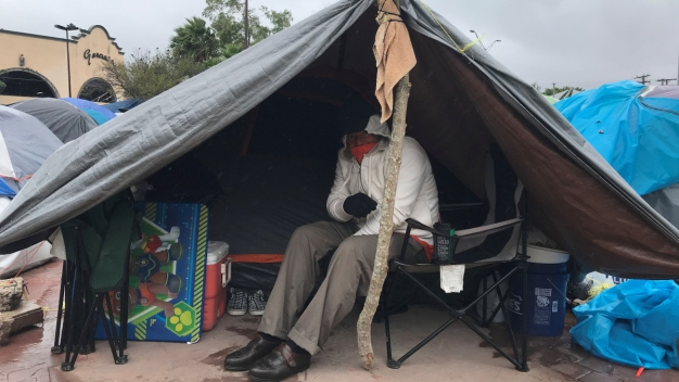 Migrantes sufren inclemencias por frente frío