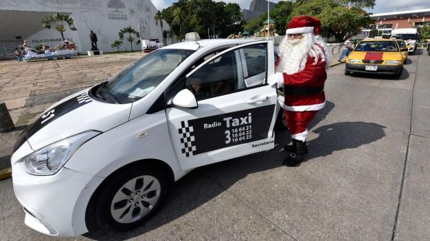 Santa Claus taxista realiza sueño de niños pobres