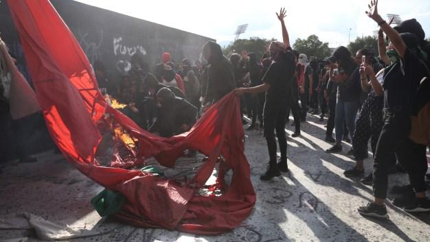 Encapuchados vandalizan edificios de la UNAM