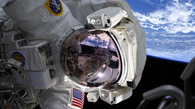 Histórico: mujeres caminan en el espacio a 17,000 millas por hora}