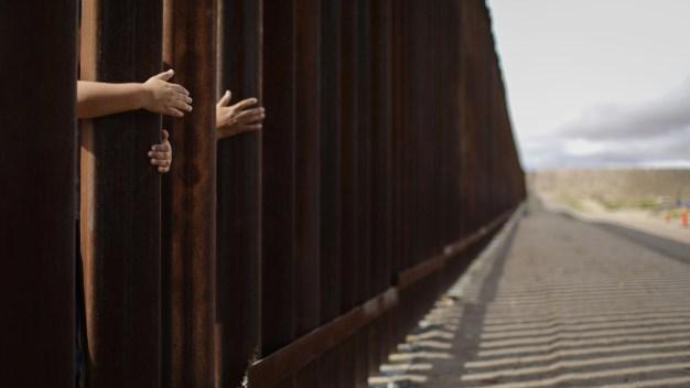 Migrantes burlan muro fronterizo en Tijuana