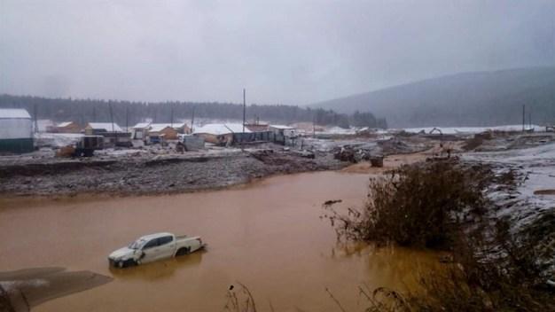 Muertos y heridos tras derrumbe de represa en Rusia