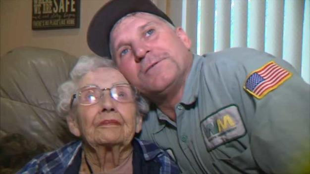 Recolector de basura salva a anciana de las llamas en California