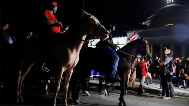 A caballo, manifestantes piden la renuncia de Roselló