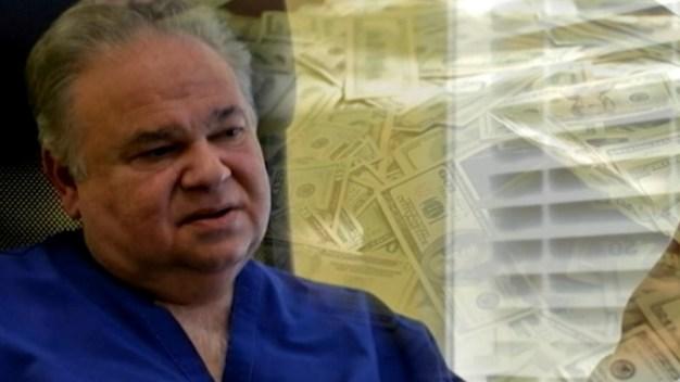 Políticos donan dinero que recibieron de doctor con condena