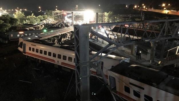 Tragedia en las vías deja al menos 18 muertos