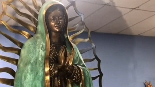 """En video: estatua de la Virgen """"llora"""" frente a feligreses"""