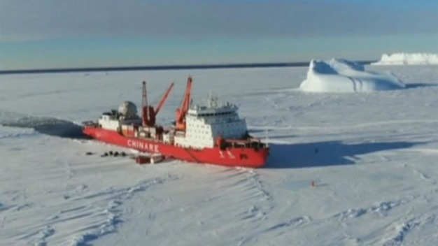 Buque de investigación choca contra iceberg