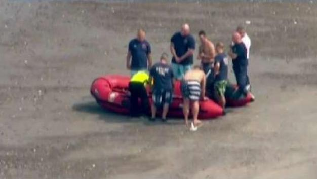 Hombre rescatado en Revere Beach lucha por su vida