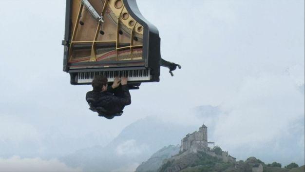 Concierto en las alturas: toca piano colgado de una grúa