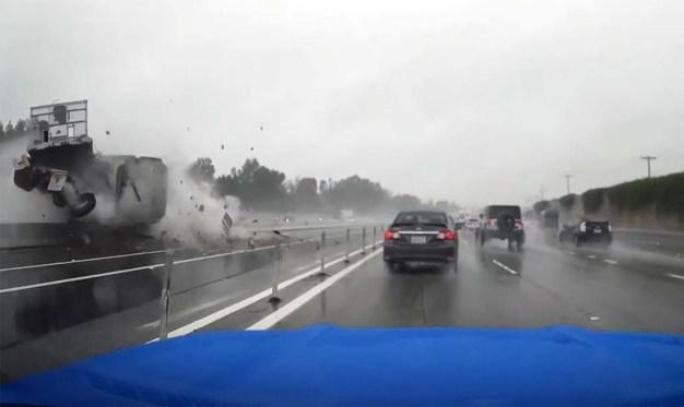 Dramático: camión se vuelca y se estrella en autopista