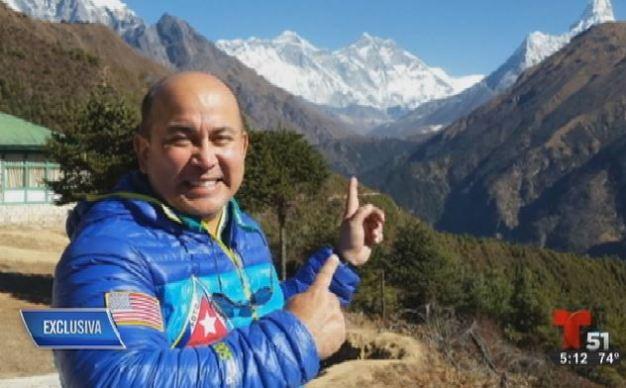 Médico cubanoamericano escala el monte Everest