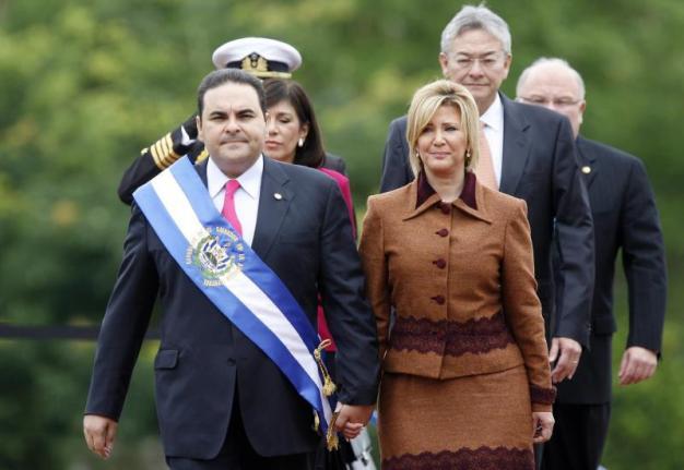 El Salvador: esposa de expresidente procesada por corrupción