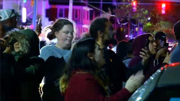 Vecinos de Providence gritan afuera de casa de violador}