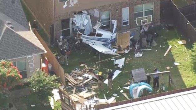 Aterrador: avioneta se estrella en casa de madre y 3 hijos